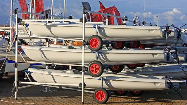 mehrere Segelboote auf Trailern übereinander