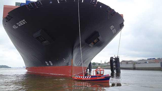 Festmacherboot vor Seeschiff