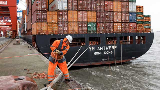 Festmacher vor Containerschiff