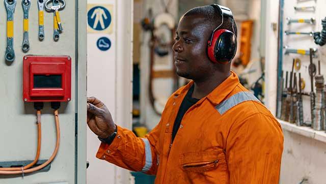 Besatzungsmitglied trägt Kopfhörer