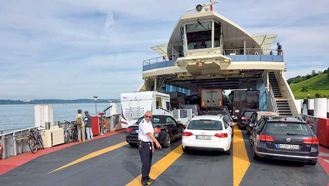 Besatzungsmitglied weist Pkws auf Fahrgastschiff ein
