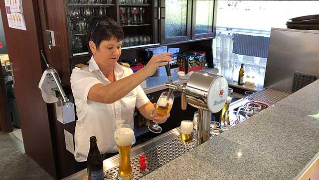 Besatzungsmitglied zapft Bier