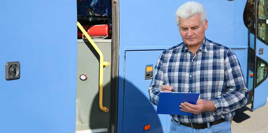Busfahrer füllt Checkliste aus