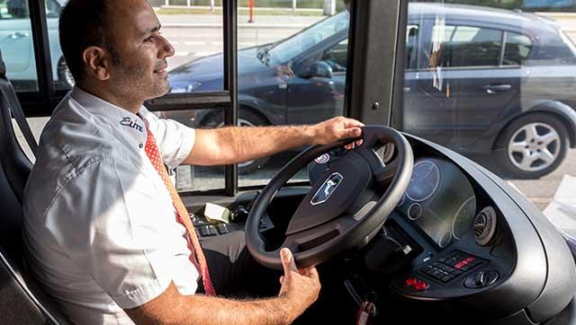 Busfahrer am Steuer