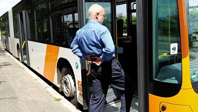 Busfahrer dehnt seinen Rücken