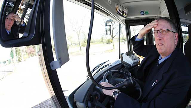Busfahrer wischt sich über verschwitzte Stirn