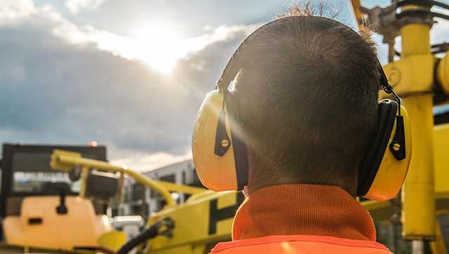 Mann trägt Gehörschutz