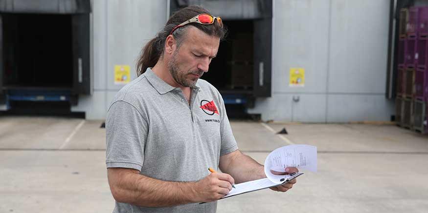 Mann füllt Checkliste aus
