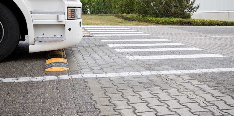 Fahrbahnmarkierungen auf dem Betriebsgeländer einer Spedition