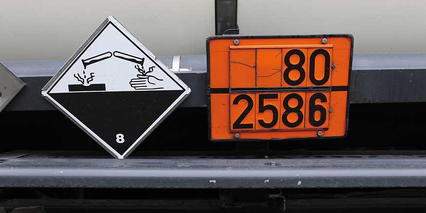 Gefahrgutzeichen auf Tank