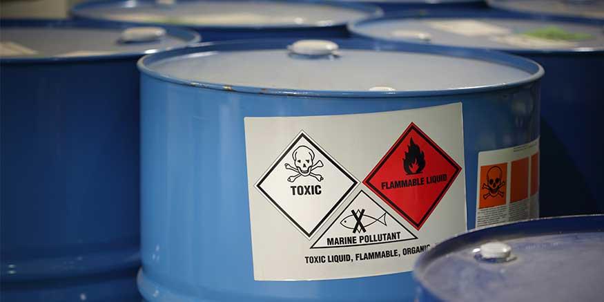 Gefahrstoffsymbole auf Fässern