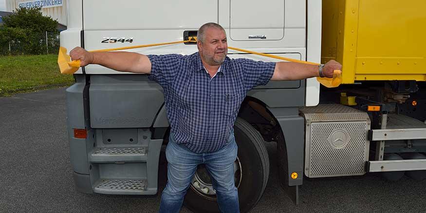 Lkw-Fahrer macht Theraband-Übung