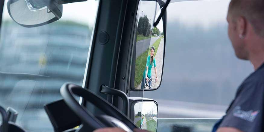 Radfahrerin in Lkw-Seitenspiegel