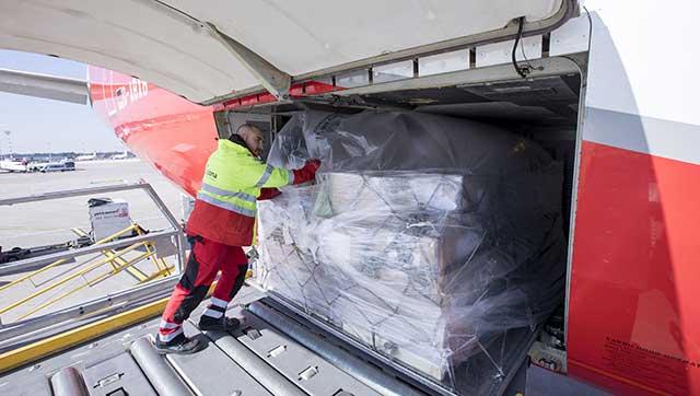 Verladung von Luftfrachtgut in Flugzeug