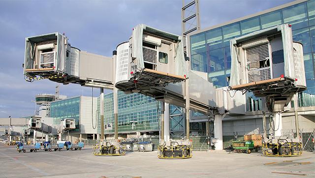 Fluggastbrücken auf dem Flughafen-Vorfeld