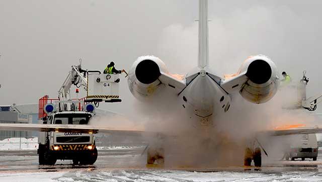 Enteisung eines Flugzeugs