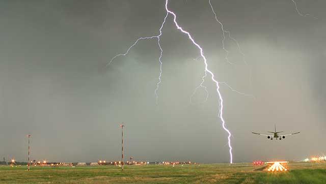 Blitze über Flughafen-Rollfeld