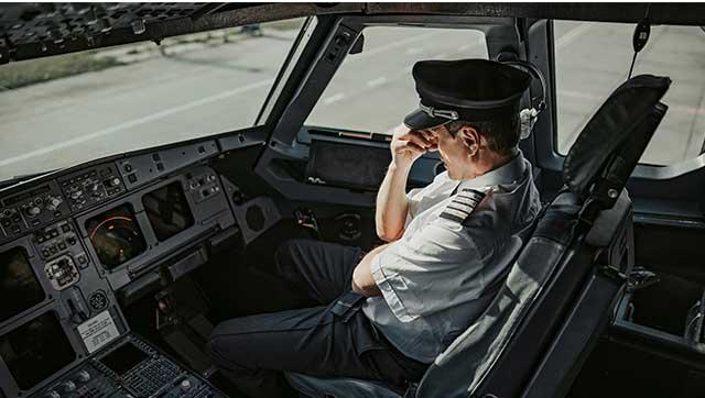 Erschöpfter Pilot im Cockpit