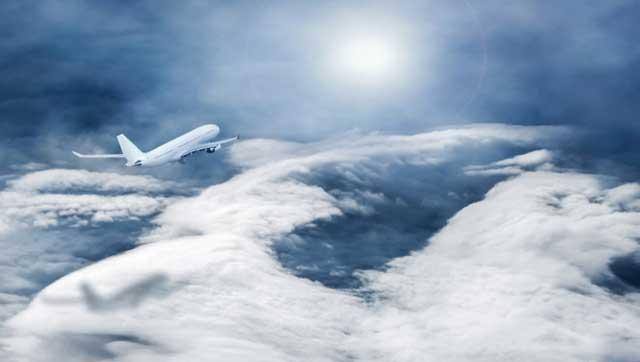 Flugzeug in großer Flughöhe