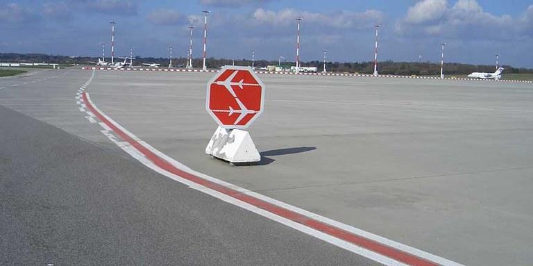Verkehrszeichen auf dem Rollfeld