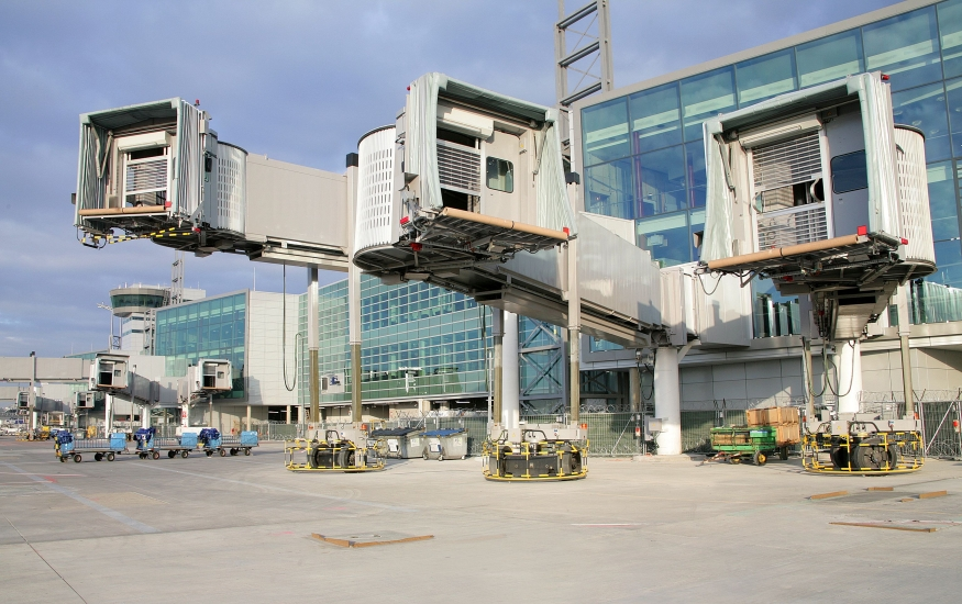 Fluggastbrücken auf Flughafenvorfeld