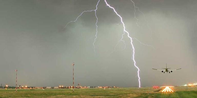 Blitz über Flughafen