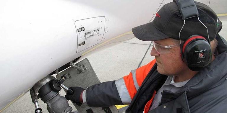 Arbeiter auf dem Flughafen-Vorfeld mit Kapselgehörschutz