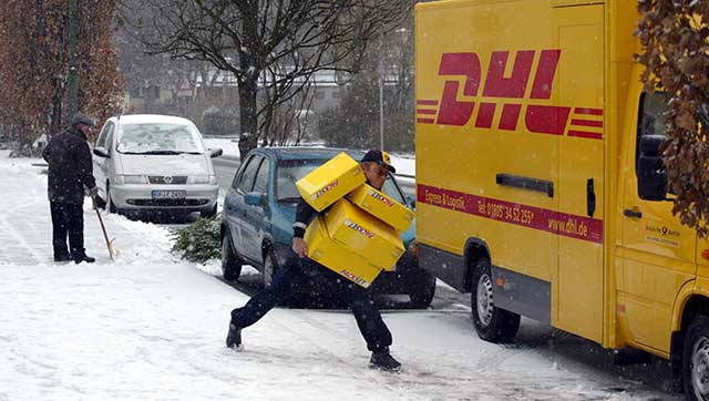 Paketzusteller rutscht bei Glatteis