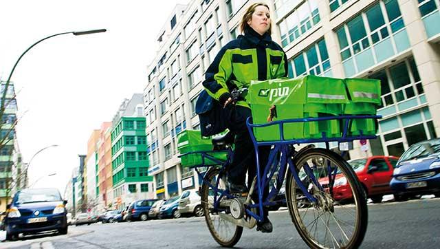 Postbotin auf Fahrrad