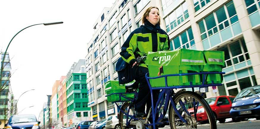 Zustellerin auf Fahrrad