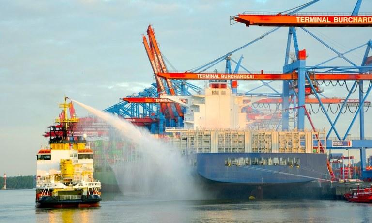 Löscharbeiten auf Containerschiff