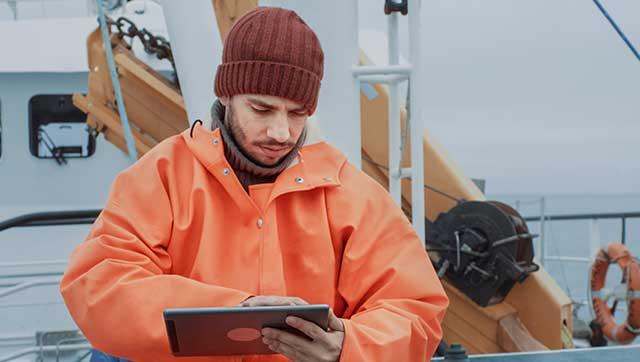 Mann checkt Information auf Tablet