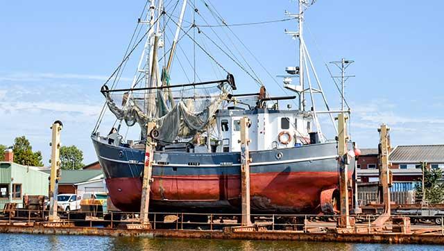 Fischereifahrzeug auf Werft
