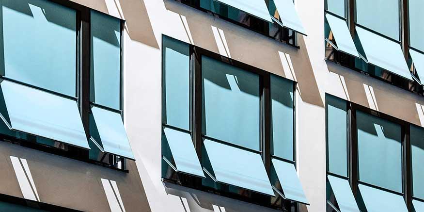 Fenster mit Jalousien