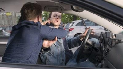Taxifahrer, der von einem Kunden tätsich angegriffen wird