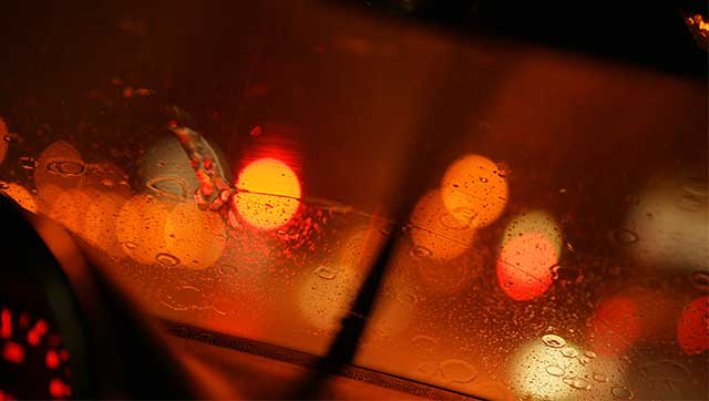 Verschwommene Sicht bei Nacht durch Windschutzscheibe