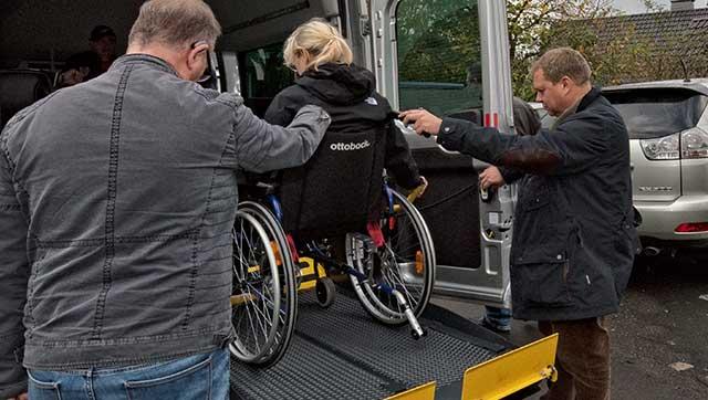Person im Rollstuhl auf Linearlift