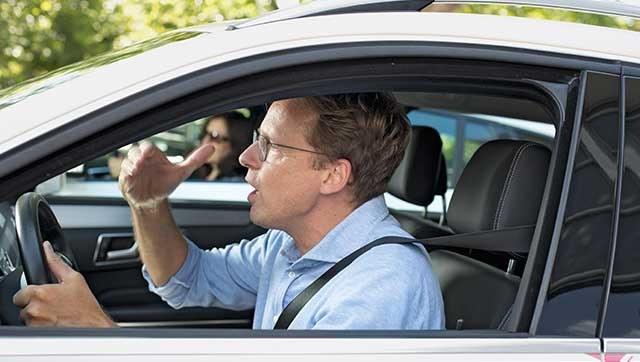Gestikulierender Taxifahrer am Steuer