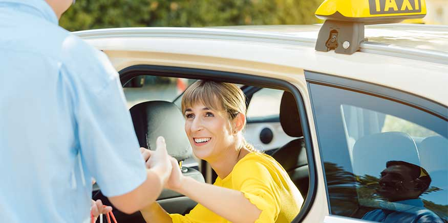 Taxifahrer hilft Frau beim Aussteigen