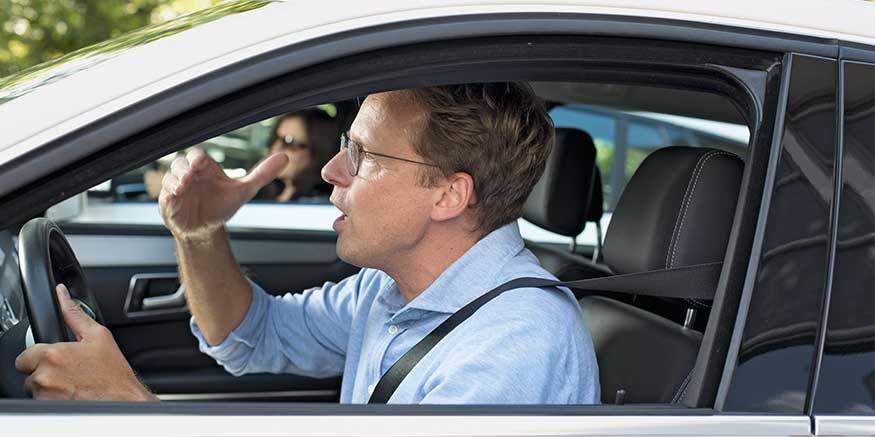 Taxifahrer gestikuliert am Steuer