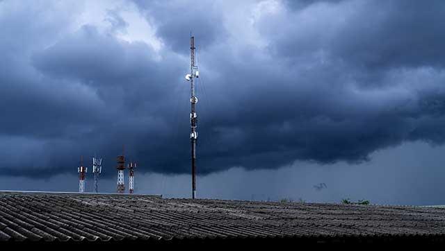 Dunkle Wolken und Funkmast