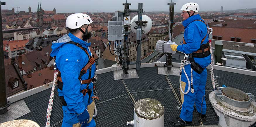 Zwei Männer mit Absturzsicherung auf Dach