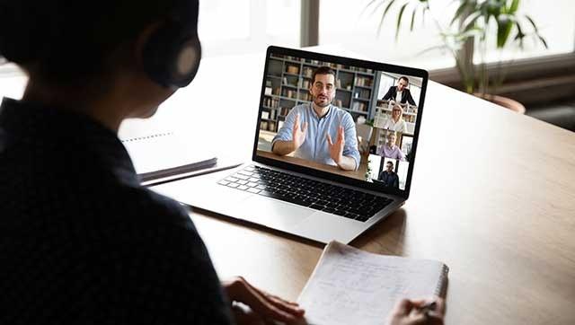 Person nimmt an Videokonferenz teil