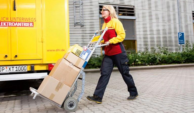 DHL-Mitarbeiterin bei der Arbeit