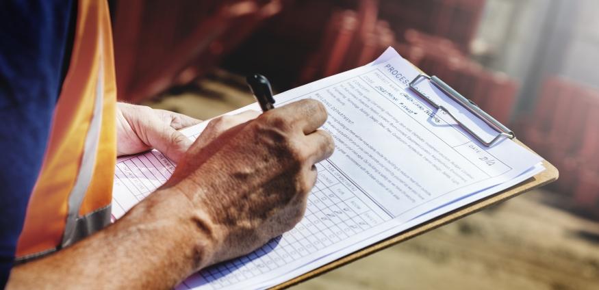 Ein Mann füllt eine Checkliste aus.