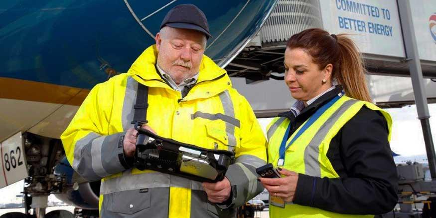 Aufsichtsperson mit Flughafenmitarbeiter