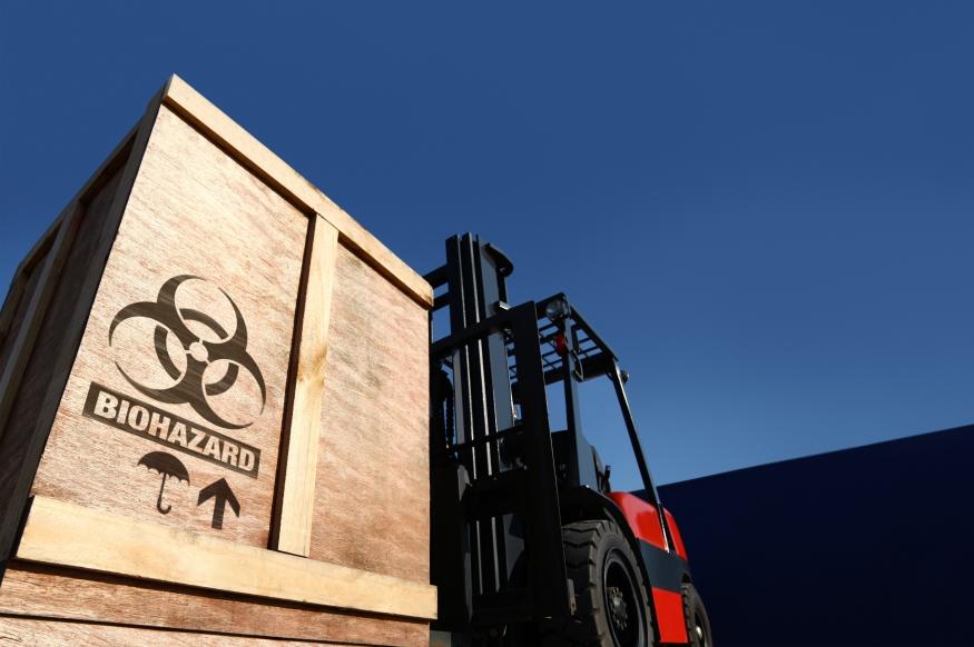 Gabelstapler transportiert Kiste mit Aufdruck Biohazard