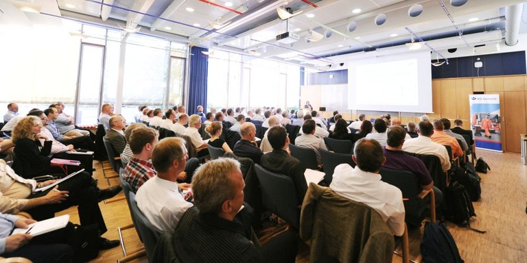 """Publikum auf der Branchenkonferenz """"Rückwärtsfahren bei der Abfallsammlung"""" im großen Sitzungssaal der Hauptverwaltung in Hamburg"""