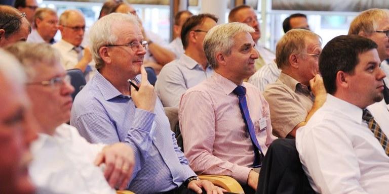 """Teilnehmer auf der Branchenkonferenz """"Rückwärtsfahren bei der Abfallsammlung"""" in Hamburg"""