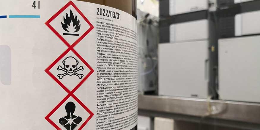 Behälter mit Gefahrstoffsymbolen